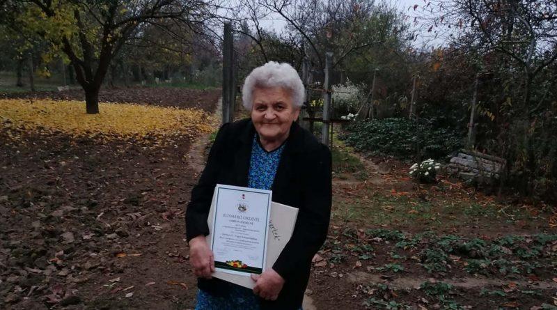 Pécs-Hird – Kertje 60 éve tündököl a hirdi családi ház udvarán